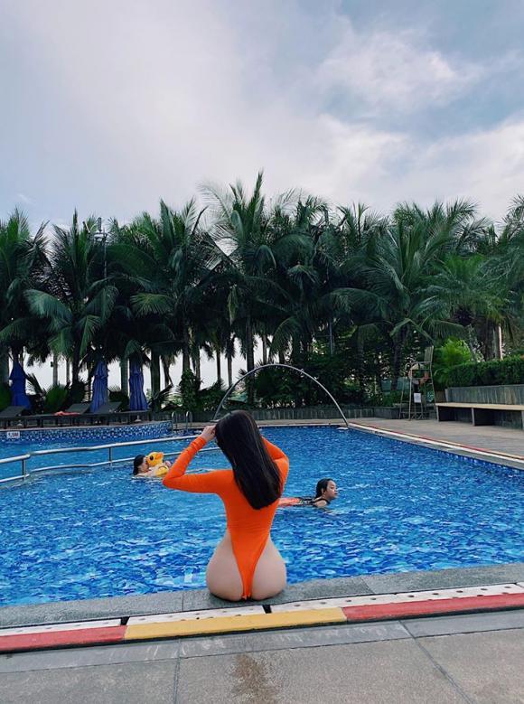 Trà Ngọc Hằng, bikini xẻ cao, sao việt