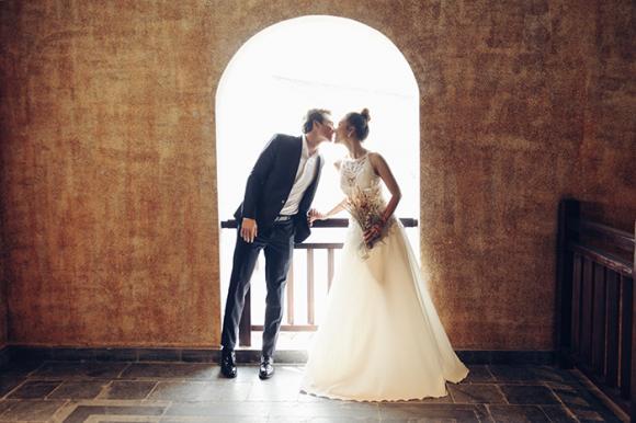 'Lịm tim' với ảnh cưới đẹp lung linh như tranh vẽ của vợ chồng Hoàng Oanh