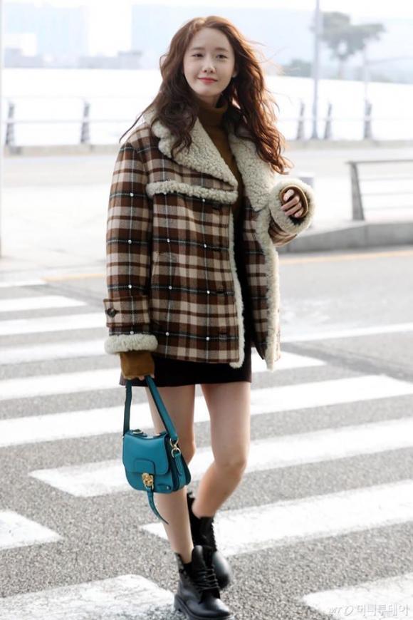 yoona, chân thon, tóc xù, thời trang sân bay, sao hàn