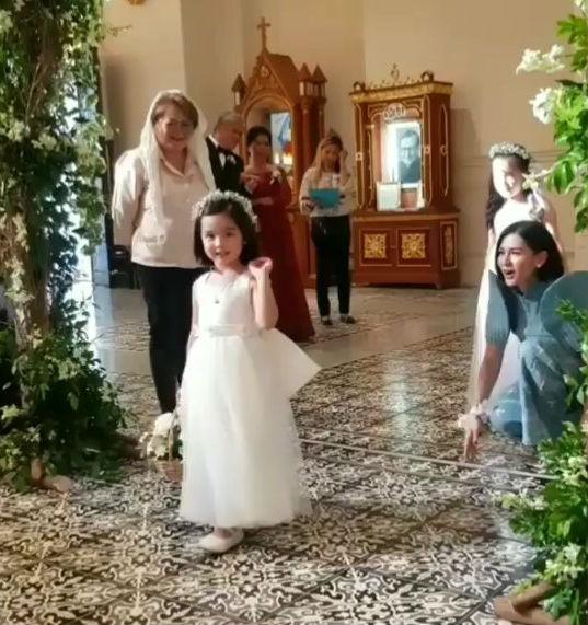 """Con gái """"Mỹ nhân đẹp nhất Philippines"""" gây sốt mạng khi làm phù dâu nhí trong đám cưới"""