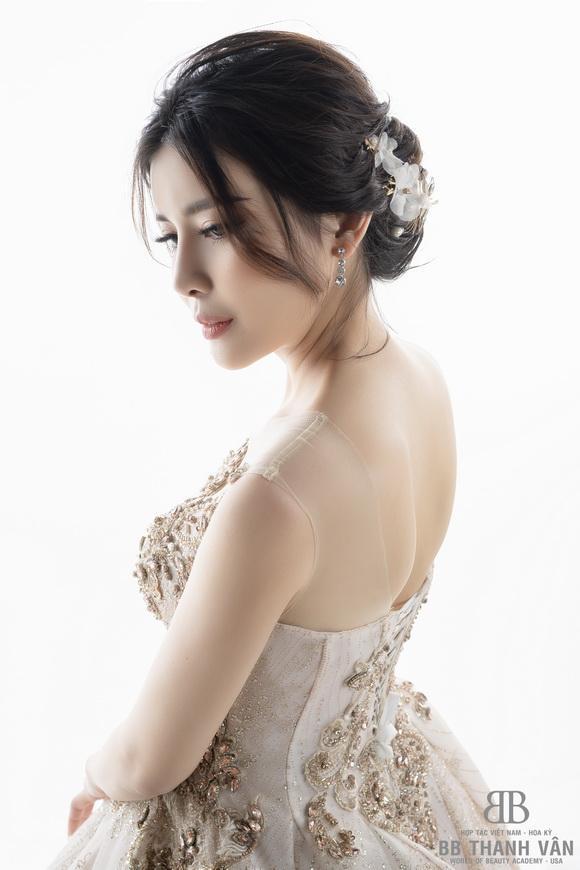 Tuyệt chiêu trang điểm nhẹ nhàng, sang trọng của người mẫu