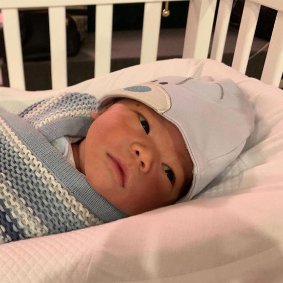 Vợ chồng Lan Khuê khoe quý tử tròn một tháng tuổi nhưng biểu cảm của cậu nhóc lại cực 'khó đỡ'