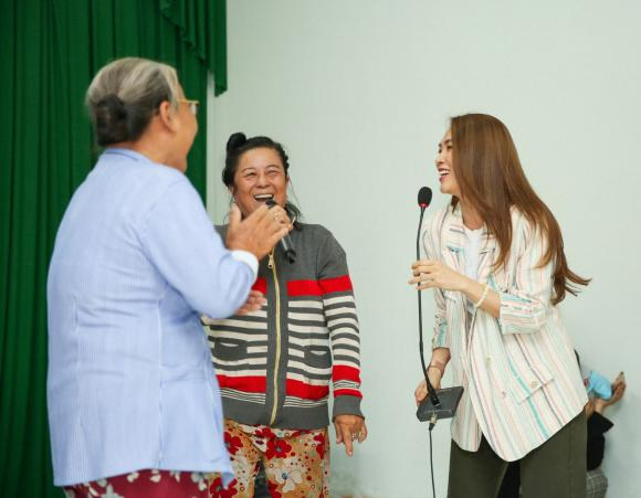 Mỹ Tâm trao quà cho bà con nghèo tỉnh Long An nhân kỷ niệm 12 năm thành lập quỹ từ thiện