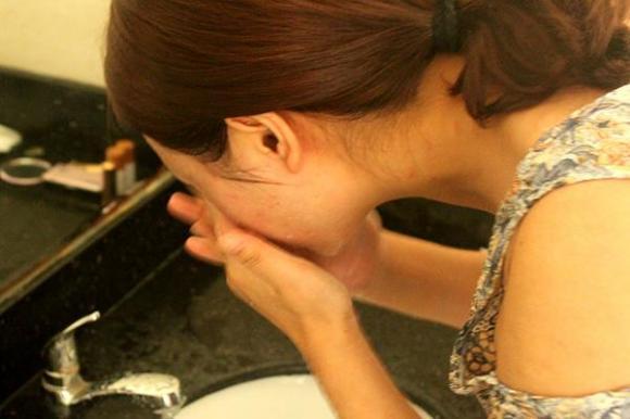 rửa mặt, rửa mặt nước nóng hay nước lạnh, rửa mặt đúng cách,