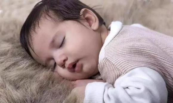 chăm sóc trẻ, trẻ ra mồ hôi, chăm con