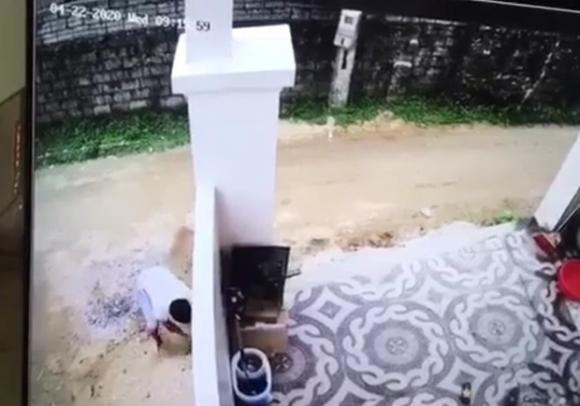 Truy tìm nam tài xế lùi xe cán trúng cháu bé, nhẫn tâm bê xác phi tang rồi dùng cát xoá dấu vết