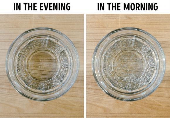 lưu ý khi uống nước, không nên đặt cốc nước đầu giường khi ngủ, đặt cốc nước cạnh giường rất nguy hiểm