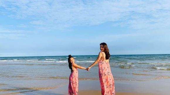 Phạm Quỳnh Anh đi biển cùng 2 con gái và gia đình sau thời gian dài nghỉ dịch