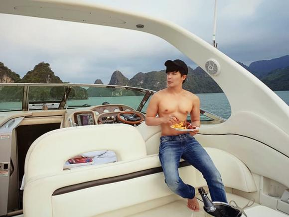 Nathan Lee tự lái du thuyền ngắm hoàng hôn trên vịnh Hạ Long