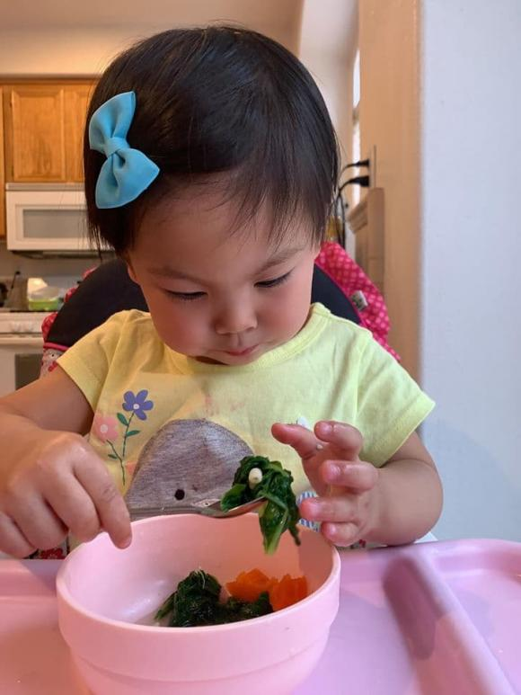 Thanh Thảo chia sẻ kinh nghiệm để con tự ăn, không phải dí theo đút