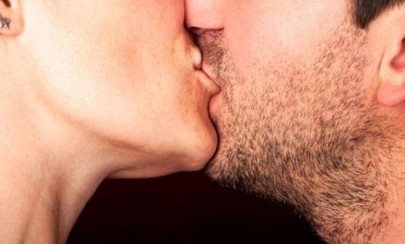 nhắm mắt khi hôn, tại sao lại nhắm mắt khi hôn, tác dụng của hôn đối với sức khỏe