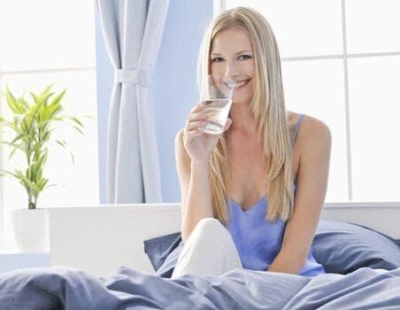 uống nước, uống nước buổi sáng, ai không nên uống nước buổi sáng, sức khỏe