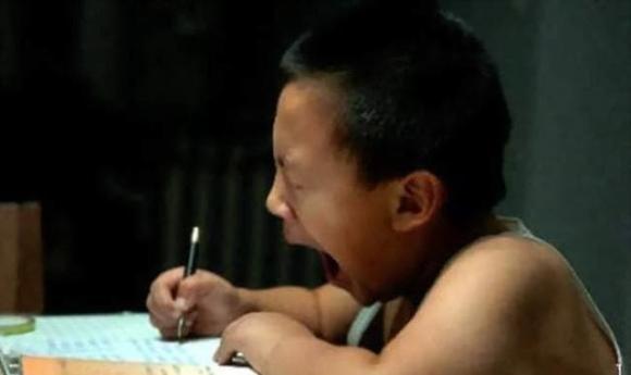 câu chuyện cảm động, học sinh 8 tuổi ngủ gục trên bàn, những điều cần biết về giáo dục