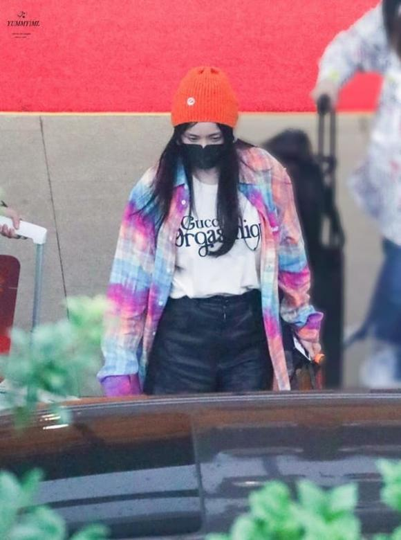 Dương Mịch khoe thời trang sân bay trẻ trung đỉnh cao, đáng chú ý là chiếc túi hiệu ngộ nghĩnh