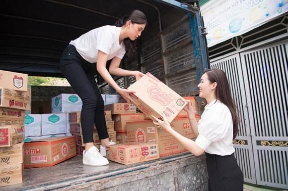 Tiểu Vy, Lương Thuỳ Linh cùng dàn Á hậu chung tay tặng quà cho các cô nhi nhân ngày 1/6