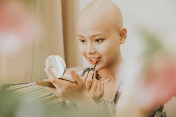 Nữ sinh Ngoại thương trọc đầu vì mắc ung thư tái xuất xinh đẹp, tiết lộ sức khỏe hiện tại