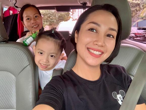 Đang ngồi trong xe ô tô, Ốc Thanh Vân vẫn được fan nhận ra và tặng quà