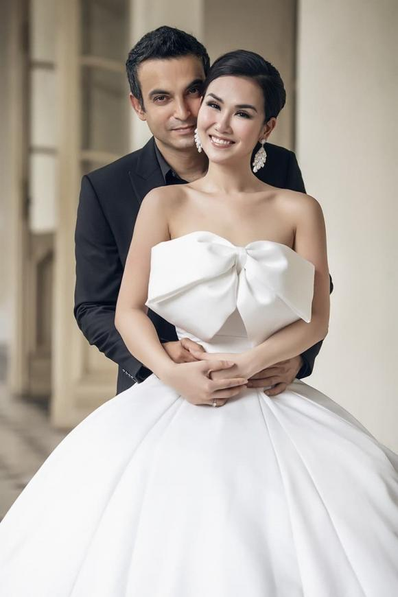 Tổ chức đám cưới gần 2 năm, Võ Hạ Trâm và chồng Ấn Độ mới đi đăng ký kết hôn