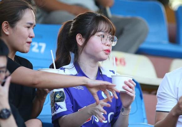 Dùng ảnh ôm eo Quang Hải làm avatar, nhưng Huỳnh Anh xóa vội chỉ sau 20 phút