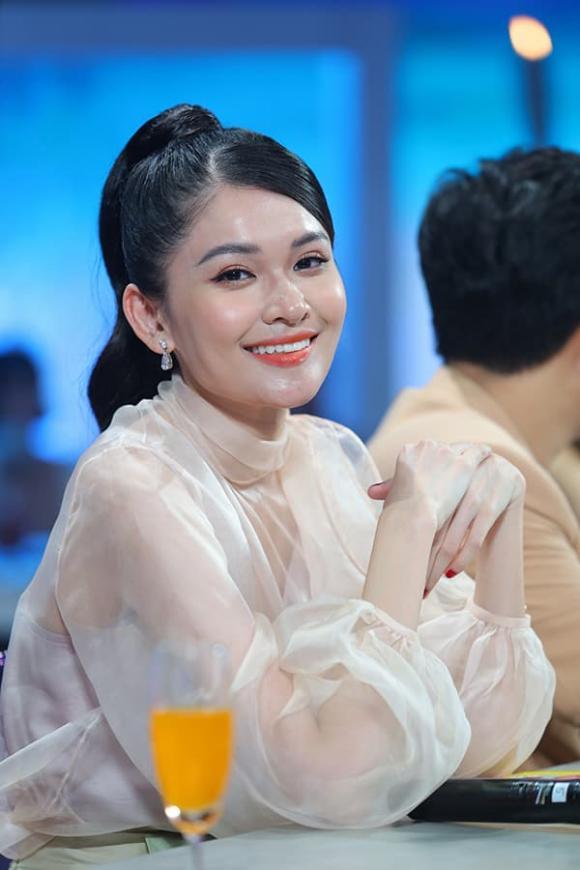 Á hậu Thùy Dung lo lắng khi lần đầu dẫn chương trình cùng danh hài 'chặt chém' như Trường Giang