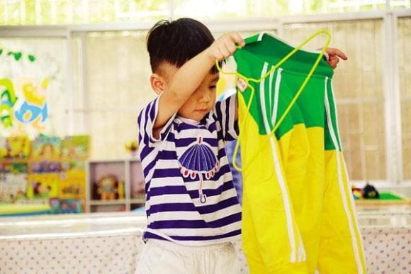 chăm sóc trẻ nhỏ, lưu ý khi chọn quần áo cho trẻ, những loại quần áo không nên mua cho trẻ