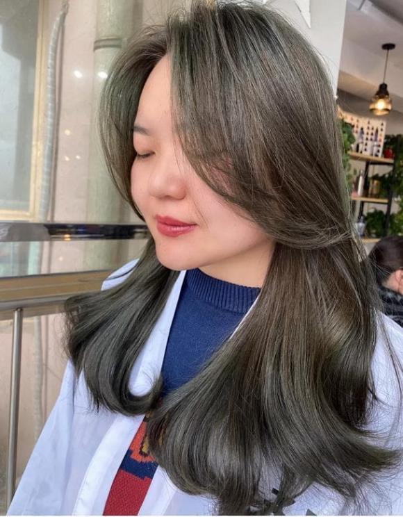Gần đây, có một màu tóc nhuộm mới rất 'hot' được gọi là 'màu xám khói', vừa làm trắng da vừa đẹp vào mùa hè