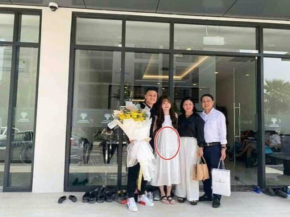Bạn gái cầu thủ Quang Hải thường xuyên diện váy rộng, lộ vòng hai to bất thường