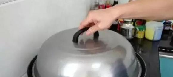 Khi hấp gà, bạn đừng chỉ hấp với nước, đầu bếp sẽ dạy bạn một mẹo giúp da gà giòn và thịt thơm mềm