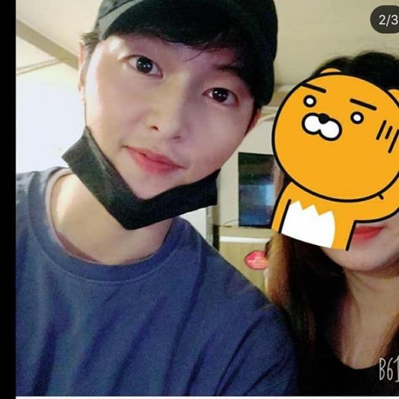 Song Joong Ki xuất hiện với gái lạ sau khi anh trai ám chỉ nam diễn viên ly hôn Song Hye Kyo vì vấn đề con cái