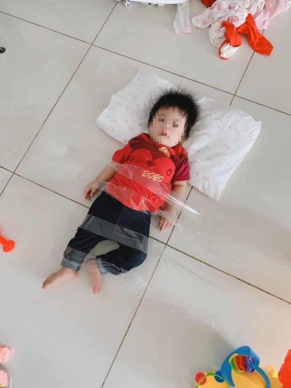 Ông bố trẻ trông con nhỏ, nhìn tưởng bình yên ai ngờ zoom gần mới rõ cảnh tượng 'dở khóc dở cười'