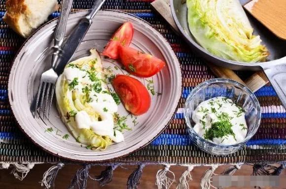 Khi nấu bắp cải, không nên xào trực tiếp. Hãy thêm một chút nữa trước khi nấu để bắp cải mềm và giòn