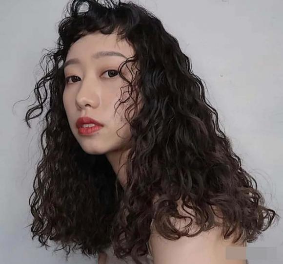tóc xoăn, tóc uốn, tóc uống phồng quả dứa, tóc mới, xu hướng tóc thu đông