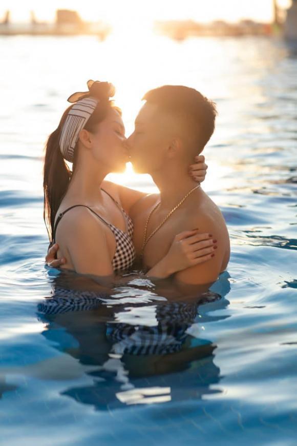 Khánh Thi diện bikini nóng bỏng, khóa môi Phan Hiển nồng nàn