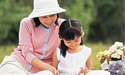chăm sóc trẻ nhỏ, bố và con gái, chăm con gái
