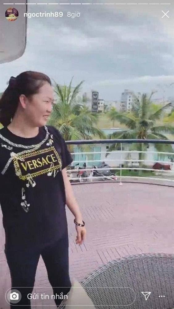 'Chất' như trợ lý Ngọc Trinh, đi dự tiệc 'sương sương' cũng diện áo thun tới 7 triệu đồng