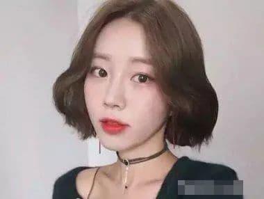 Khuôn mặt tròn cằm nhọn hợp với kiểu tóc nào?