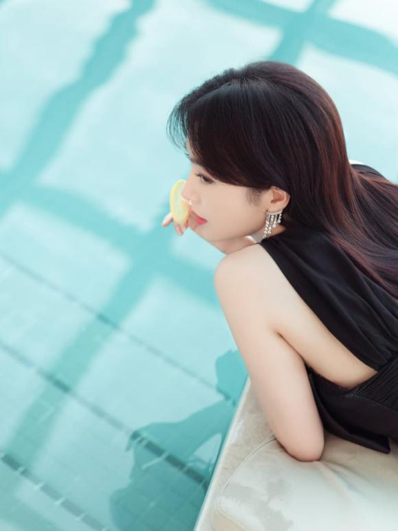 Đã mặc váy ngắn 'Phú Sát Hoàng hậu' Tần Lam còn nằm sấp tạo dáng phản cảm