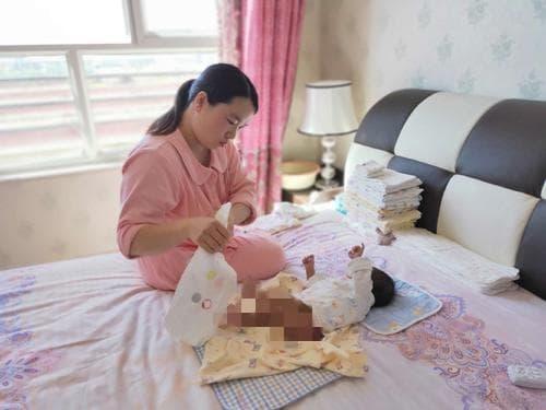 khăn ướt, khăn giấy, dùng khăn ướt hay khăn giấy vệ sinh cho trẻ, chăm sóc bé sơ sinh