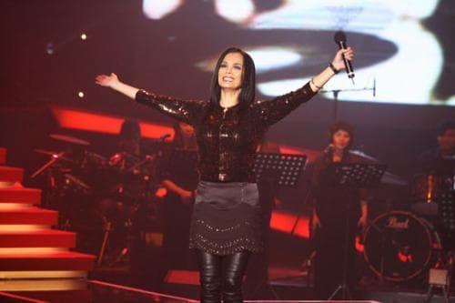 Nữ ca sĩ bị đồn mắc bệnh AIDS từng nguyện làm 'tiểu tam', lại còn bị bạo hành gia đình giờ được 4 người đàn ông kè kè bảo vệ