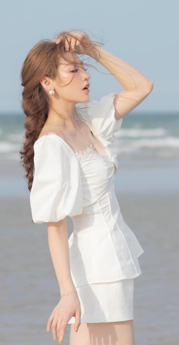 Hoa hậu Đỗ Mỹ Linh,  Á hậu Tú Anh, sao Việt