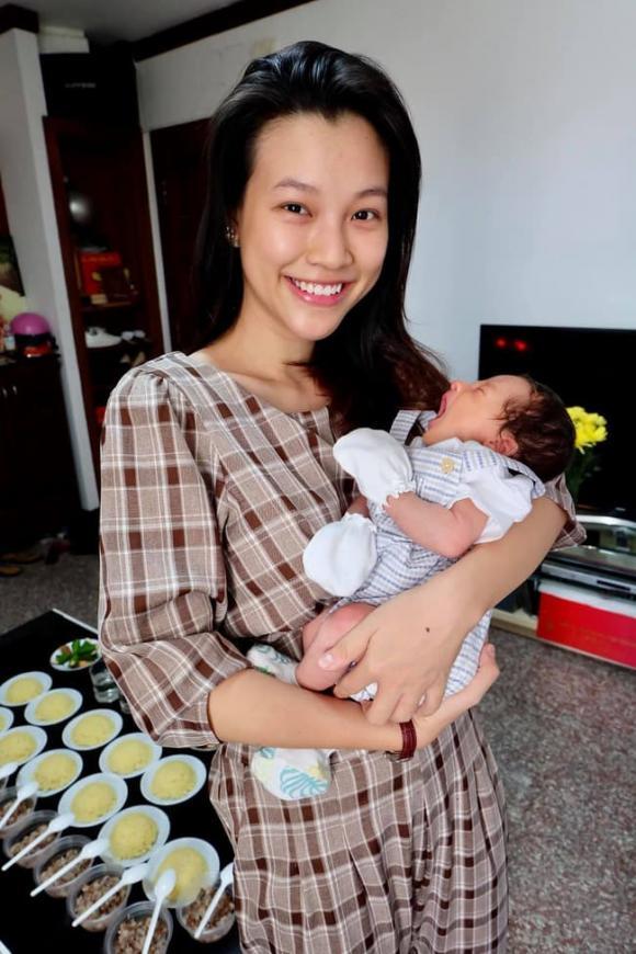 á hậu Hoàng Oanh, sao Việt
