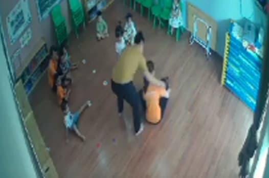 đánh bé 2 tuổi, đánh bé mầm non, hành hung bé gái