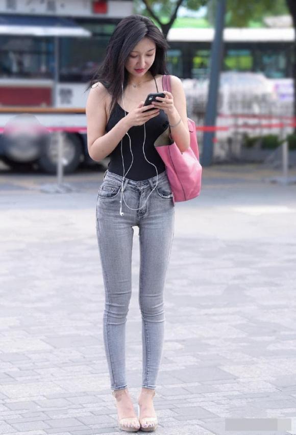Ảnh chụp đường phố: Cô gái mặc áo hai dây ôm sát, khoe khéo vòng eo và hông, tôn vẻ quyến rũ