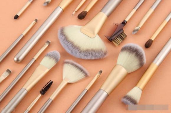 Hướng dẫn trang điểm cho người mới bắt đầu: 11 loại dụng cụ cần thiết cho việc trang điểm nhẹ hàng ngày