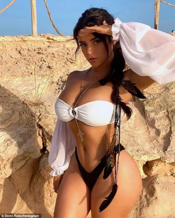 Tình cũ rapper gốc Việt Tyga khoe vòng một ngồn ngộn trong bộ bikini quyến rũ