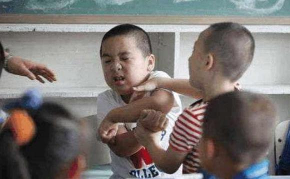 chăm sóc con đúng cách, làm gì khi trẻ bị đánh, bạo lực học đường