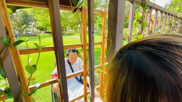 Khoảnh khắc xúc động của nhạc sĩ Lê Quang khi ngồi xe lăn, chúc mừng sinh nhật vợ qua hàng rào bệnh viện