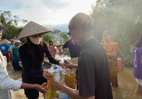 Thủy Tiên đã nhận hơn 22 tỷ đồng cứu trợ miền Trung trong chưa đầy 2 ngày kêu gọi
