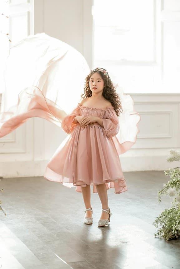 Mẫu nhí Cánh Cam Bảo Thy xinh tựa thiên thần khi diện váy của NTK Thùy Dương Bùi