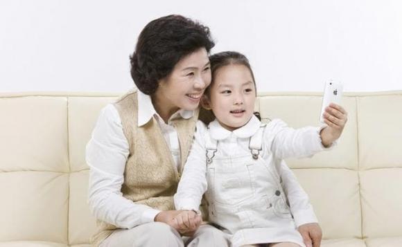 trẻ dùng điện thoại, trẻ nên dùng điện thoại độ tuổi nào, chăm sóc trẻ